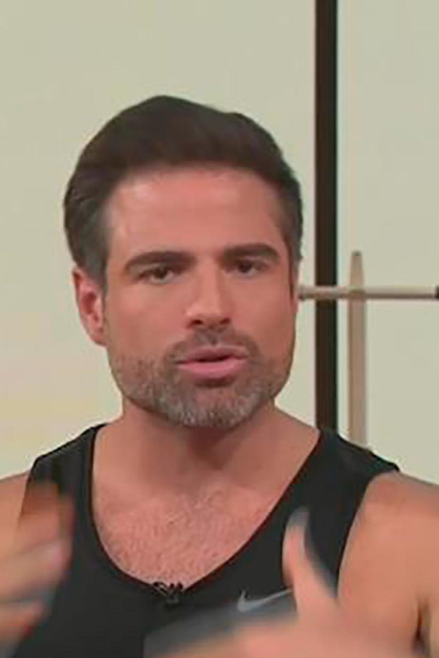 Roberto Manrique les enseña a Francisco Medina y Zuleyka Rivera su rutina de ejercicios