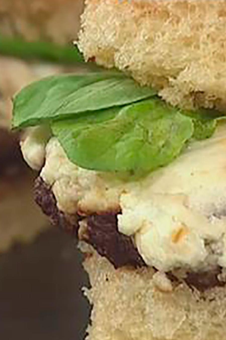 """Recetas de cocina: Descubre cómo hacer Hamburguesas """"Búfalo"""" con Queso de Cabra y Cebolla"""