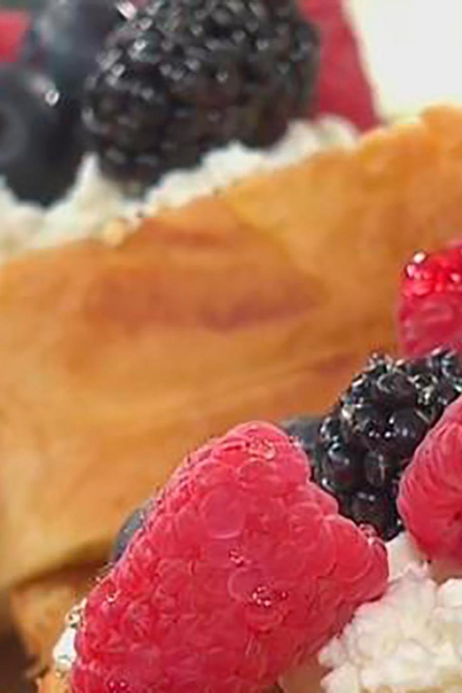 Recetas de cocina: Pan Brioche tostado con Ricota hecha en casa, Frutos Rojos y Miel