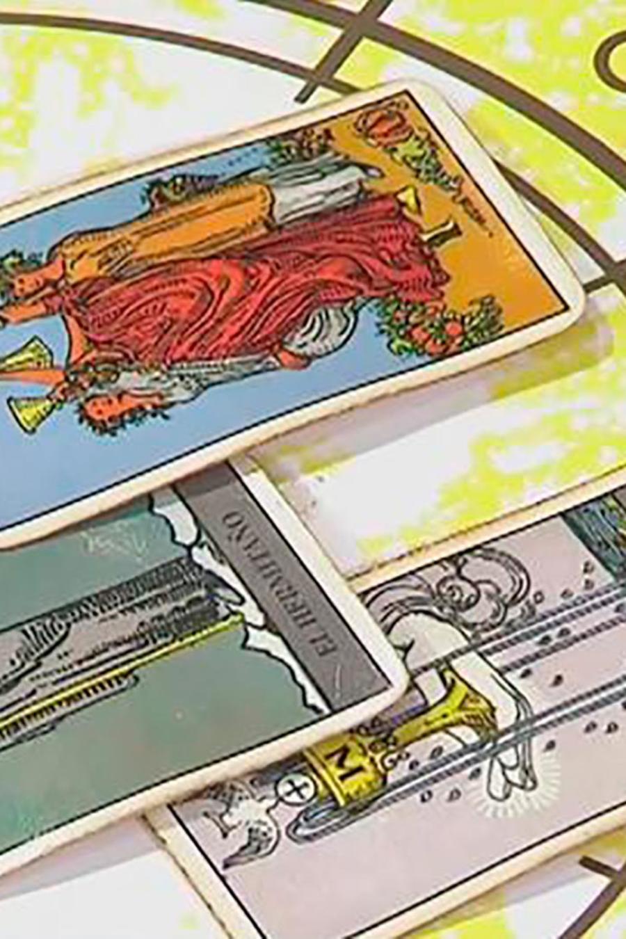 El astrólogo y metafísico Mario Vanucci le hace una lectura de tarot a Antonio de la Vega