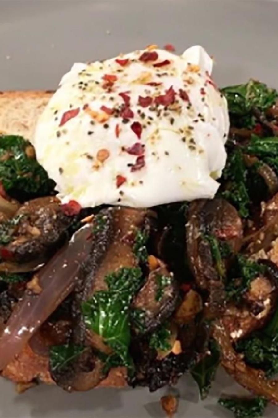 Recetas de cocina: Cómo hacer unos deliciosos Huevos Poché con Champiñones y Col Rizada