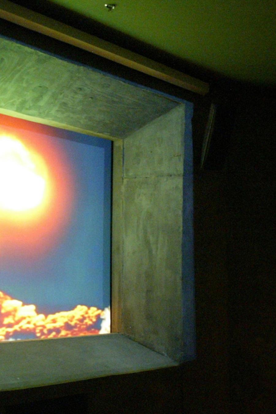 Imagen de archivo de un televisor que muestra el video de una bomba atómica