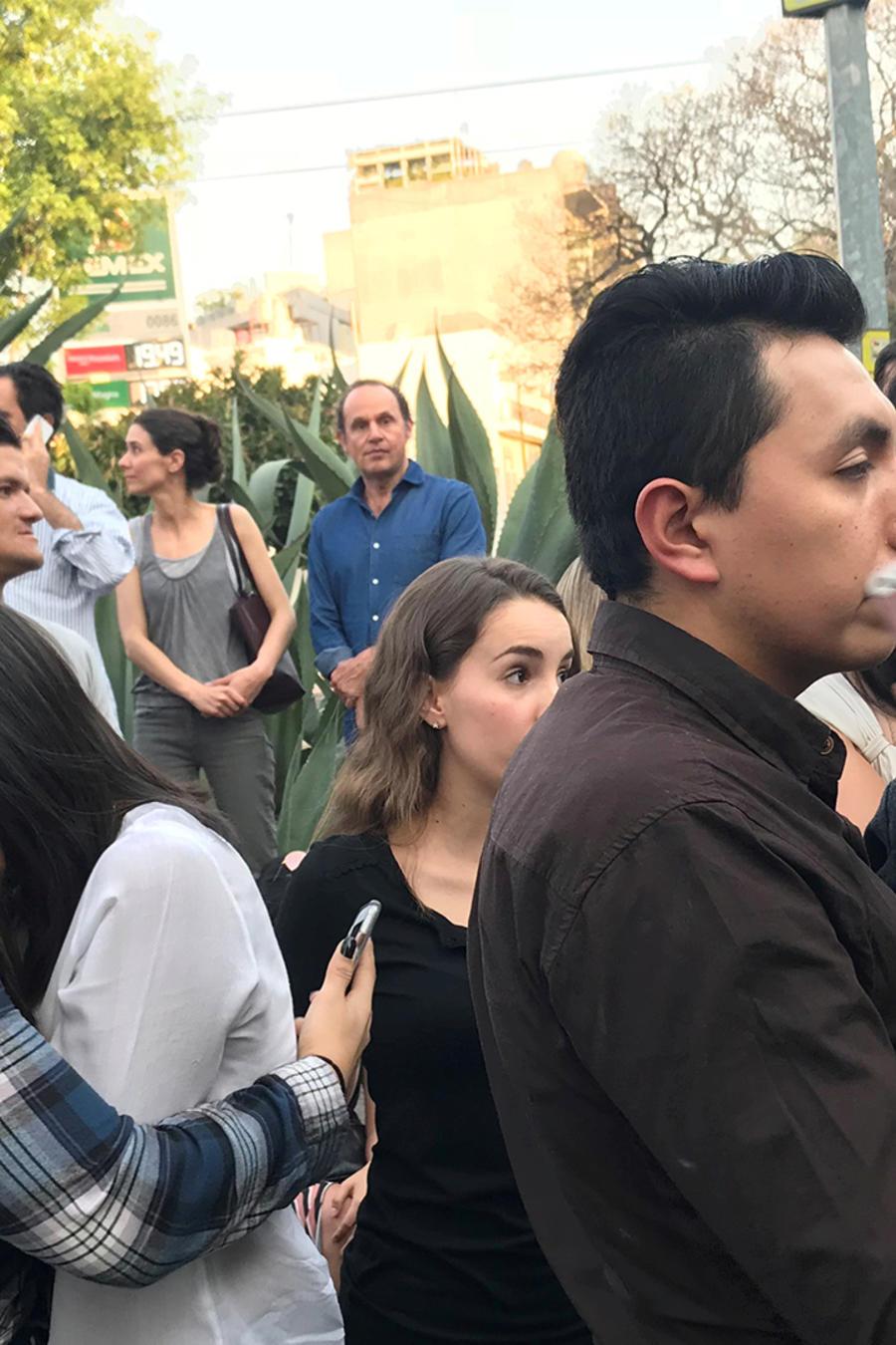 Personas caminan por Ciudad de México después del sismo que remeció varios estados del país el viernes 16 de febrero de 2018