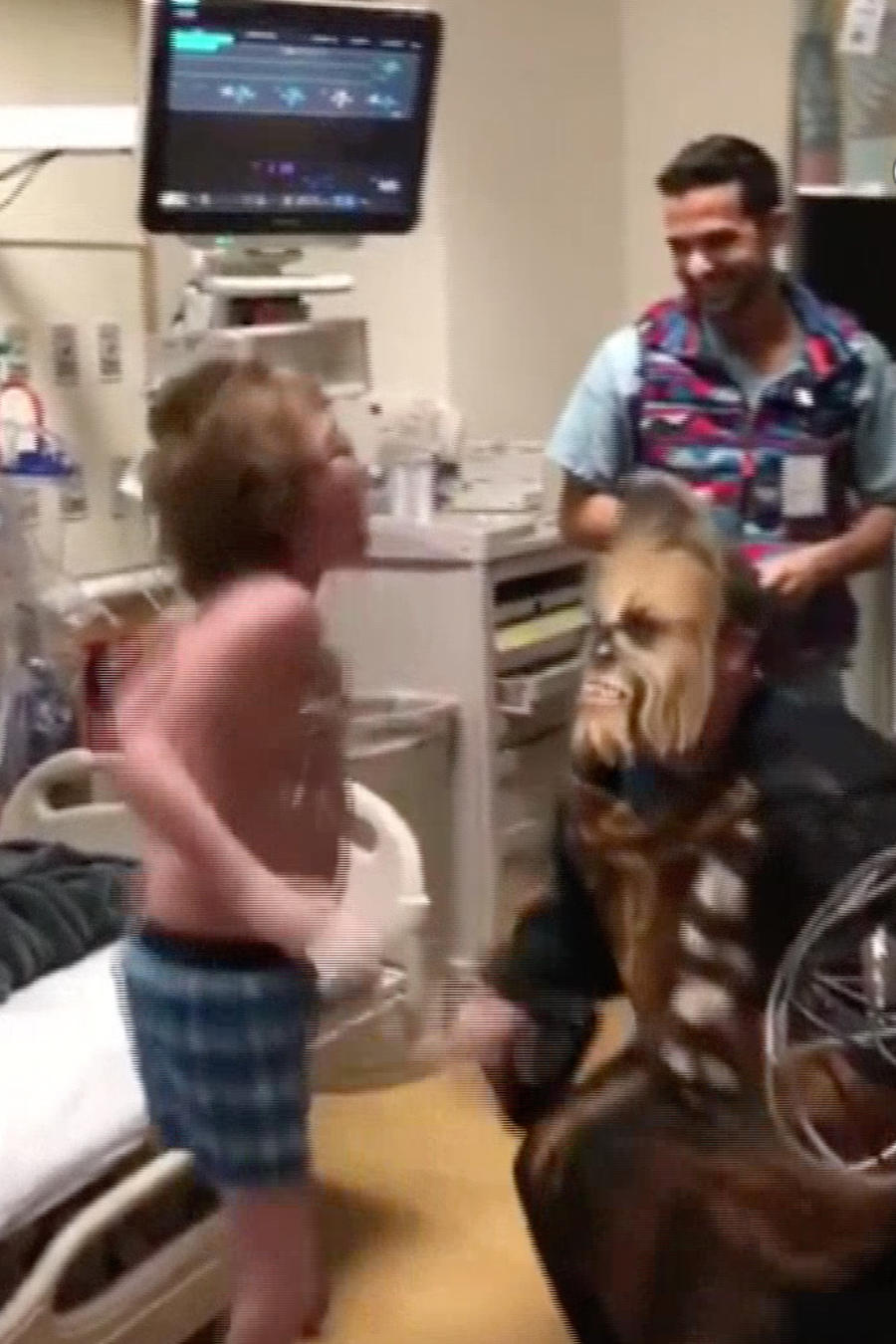 El niño Austin brinca cuando su doctor, disfrazado de Chewbacca, le dice que hay un corazón para el trasplante que necesita
