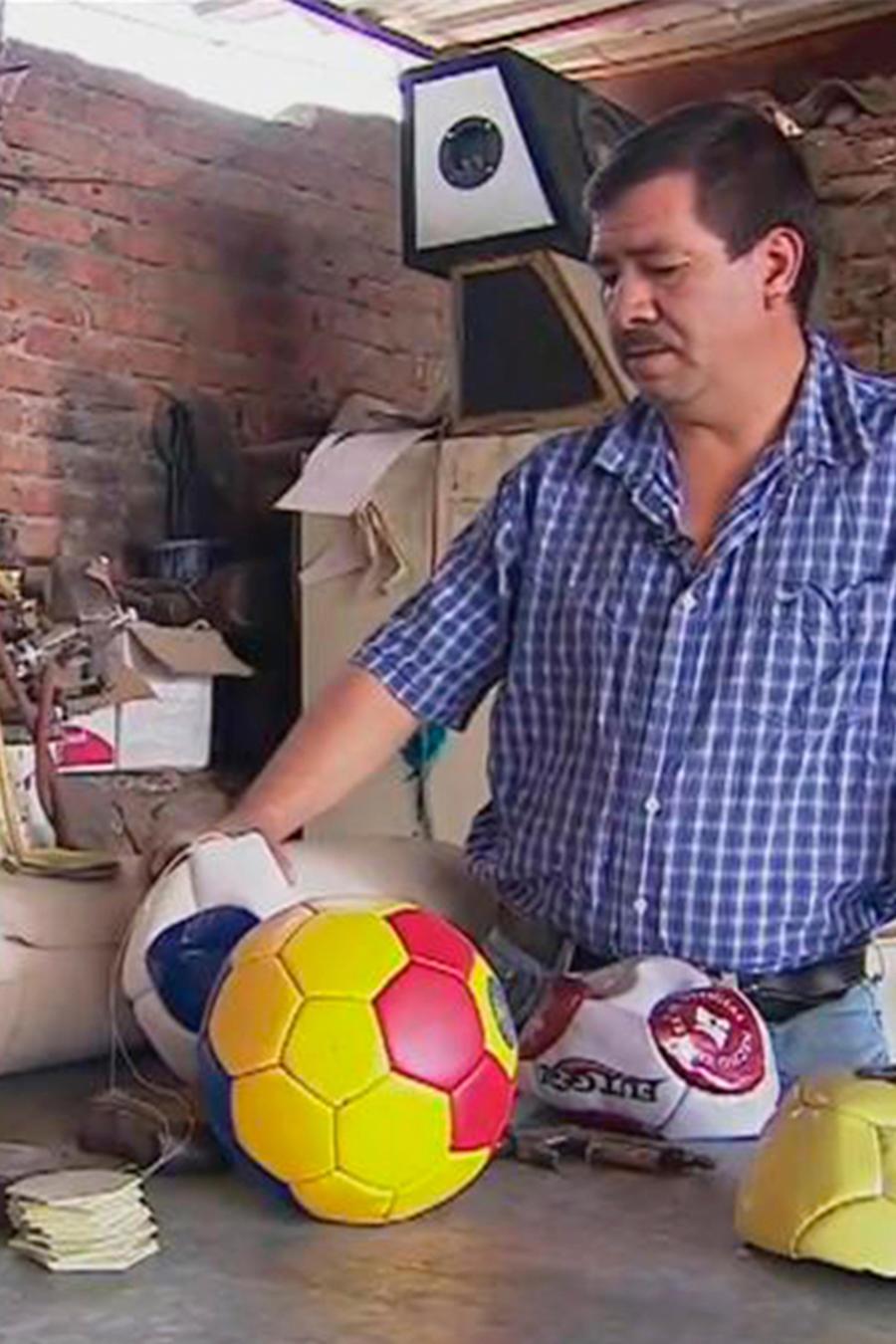 Te contamos la historia de un mexicano que sigue haciendo balones de fútbol artesanales
