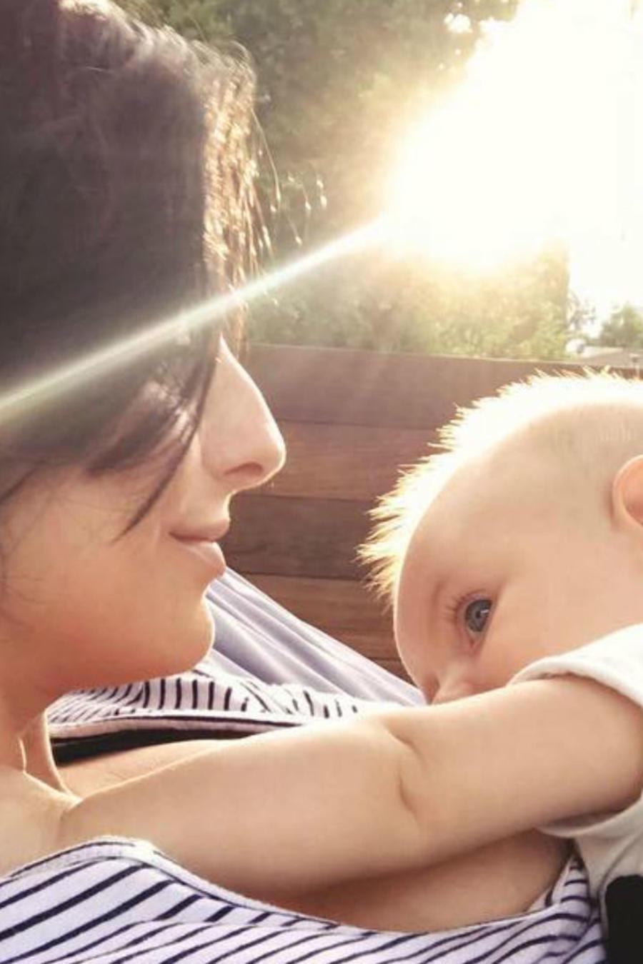 Aislinn Derbez amamanta a su bebé