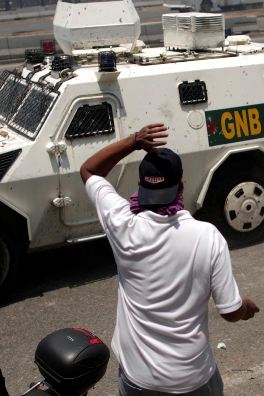 Una tanqueta de las fuerzas armadas de Venezuela atropella a un manifestante