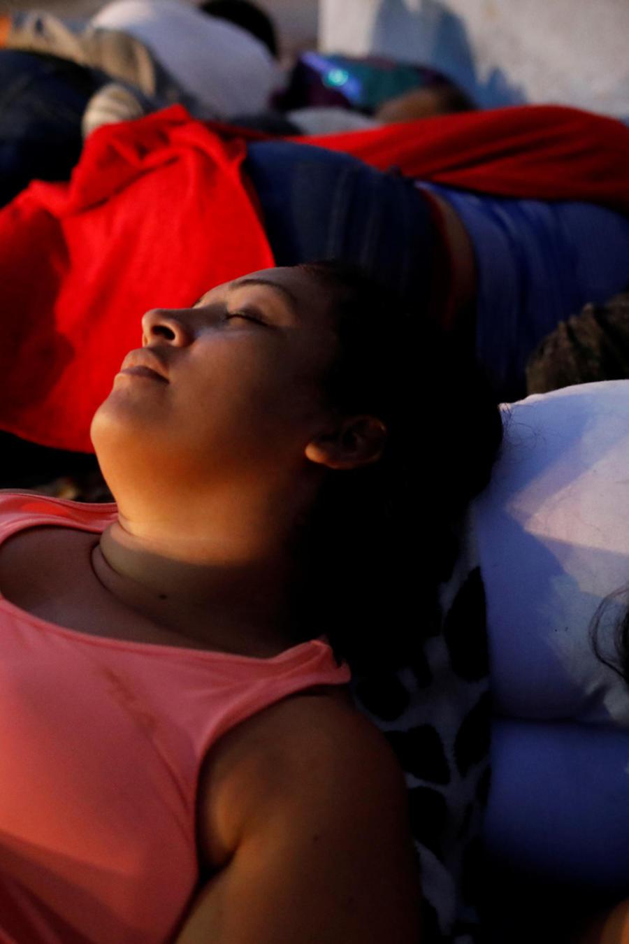 Familias de migrantes durmiendo en la frontera entre México y EEUU