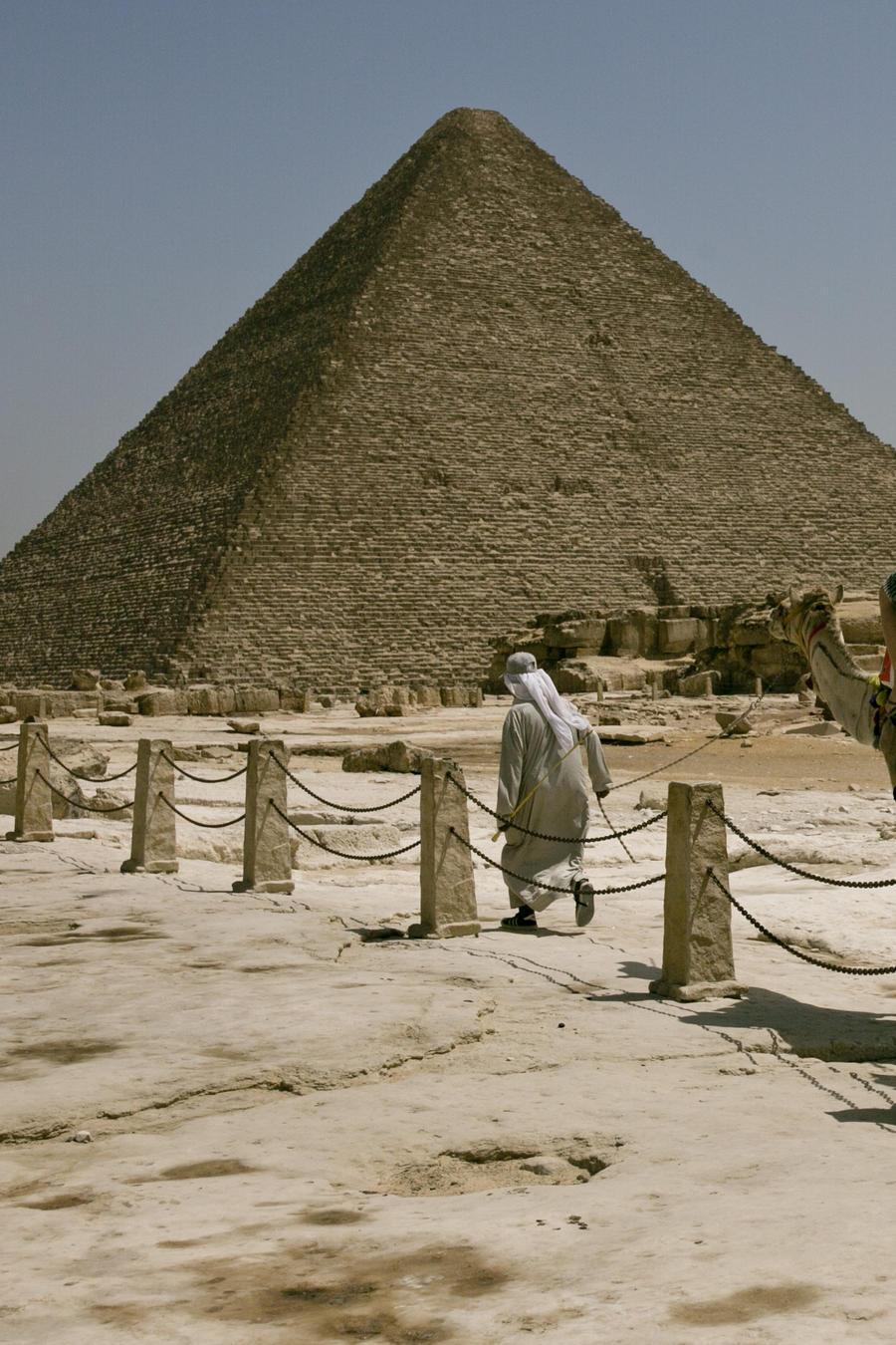 Turistas visitan las pirámides de Giza, en El Cairo, Egypto.
