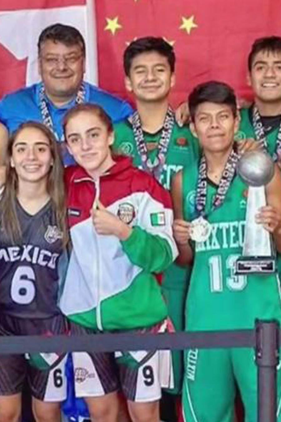 Equipo de baloncesto de niños indígenas