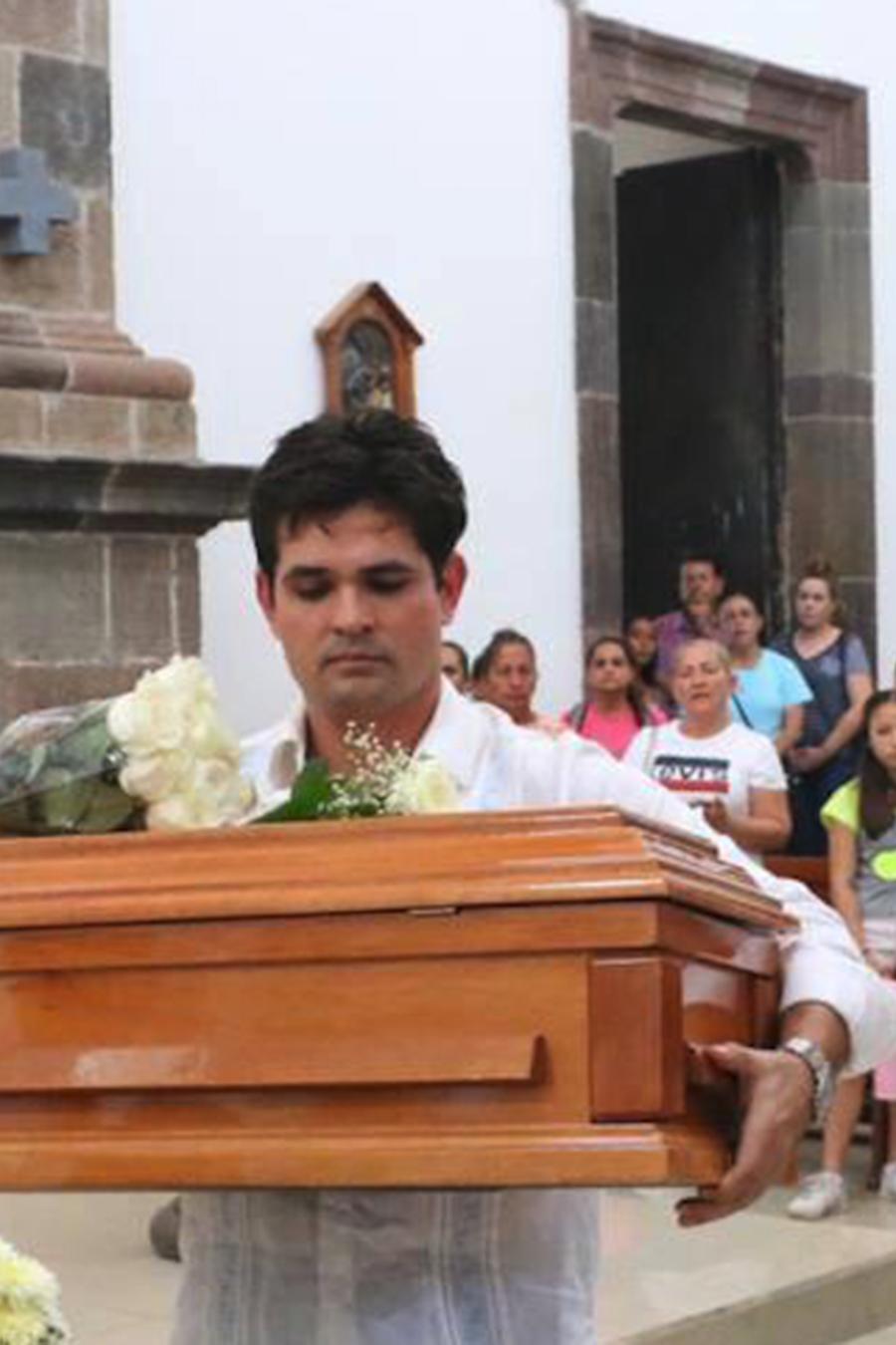 Ferdinando Valencia carga el pequeño ataúd de su hijo Dante