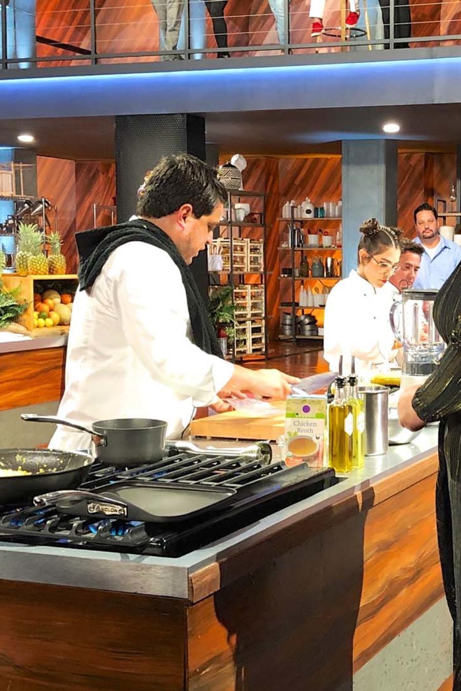 Finalistas preparan la entrada de su menú de autor en la final de MasterChef Latino 2