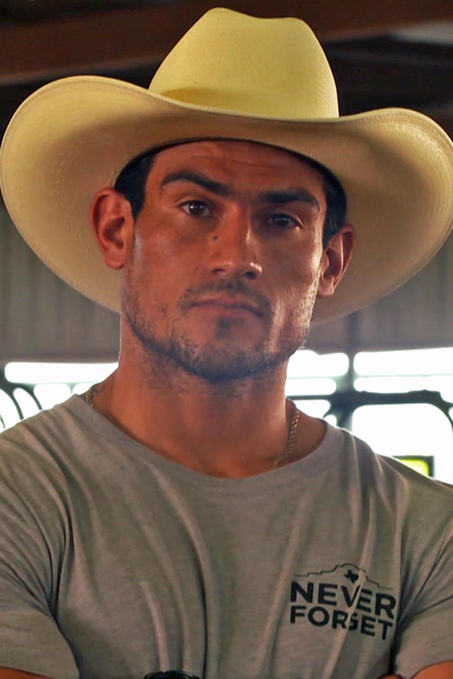 Kelvin Renteria posa con sombrero en un potrero