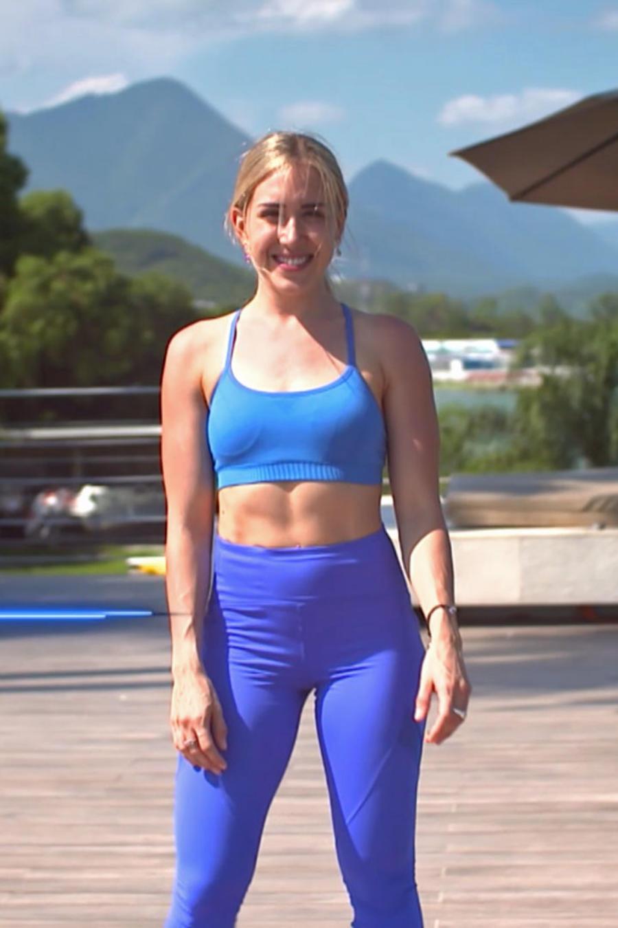 Mónica Segovia sonríe viendo de frente