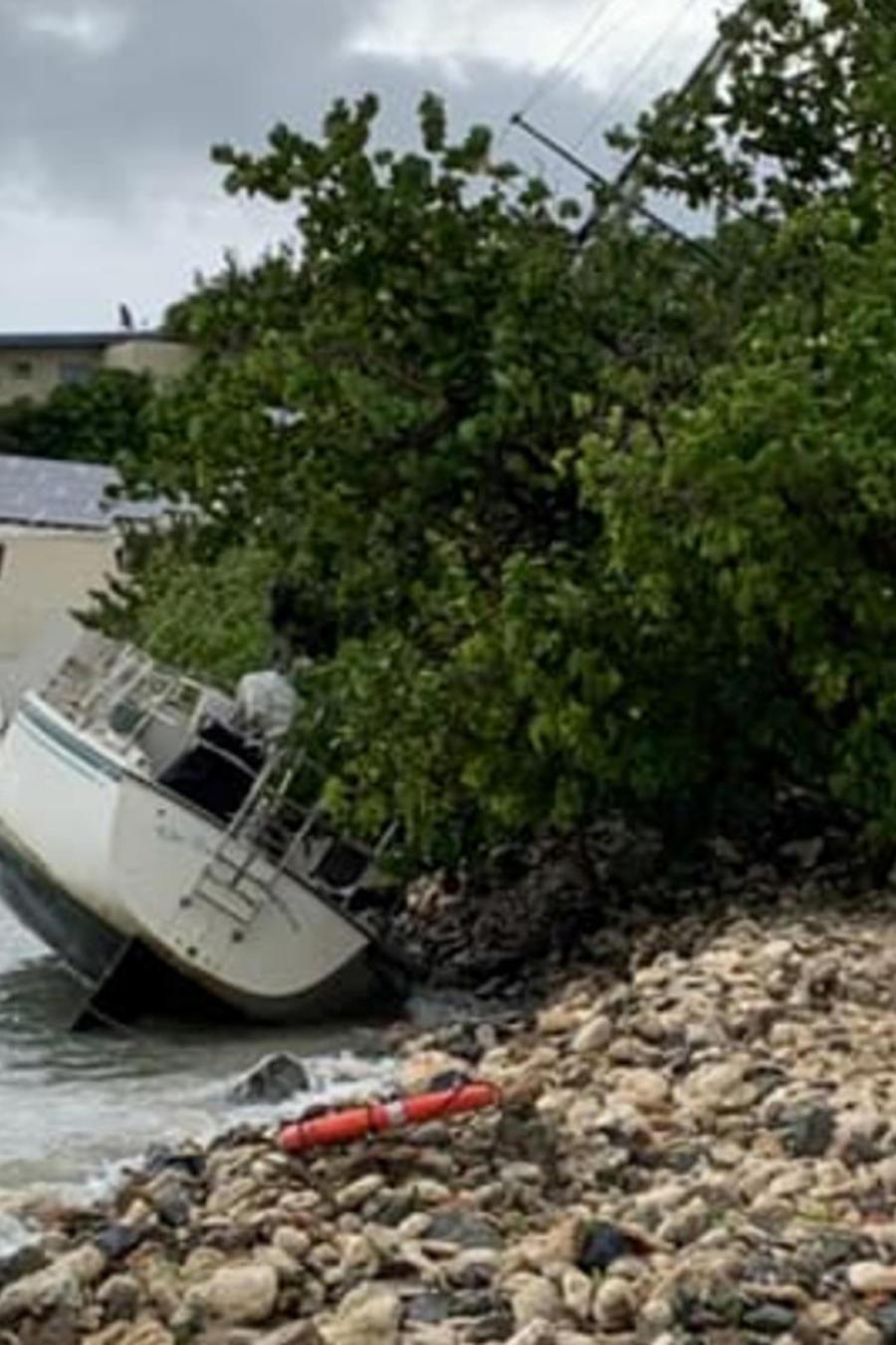 Barco en Puerto Rico afectado por la tormenta Dorian