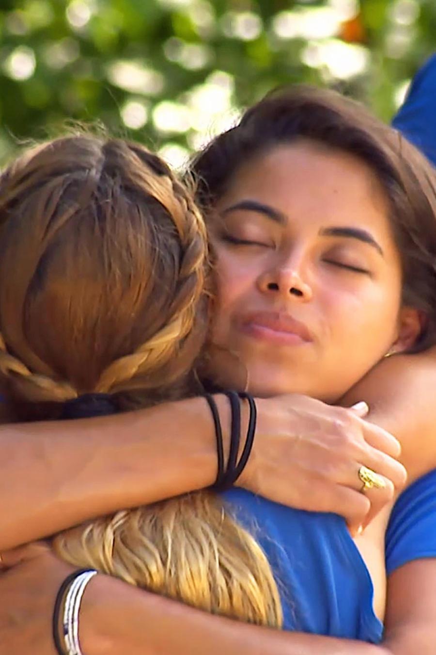 Denisse y Gabriela del Mar abrazadas