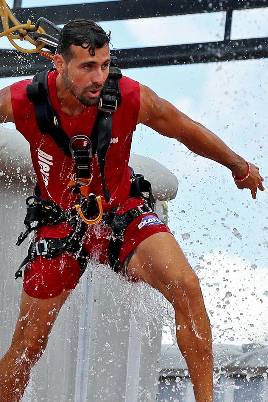 Alexander sale del agua en el circuito de altura