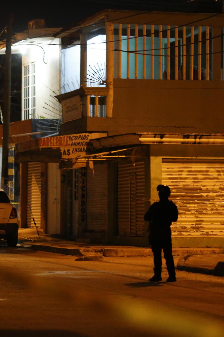 Un oficial vigila una calle desierta en Veracruz, México.