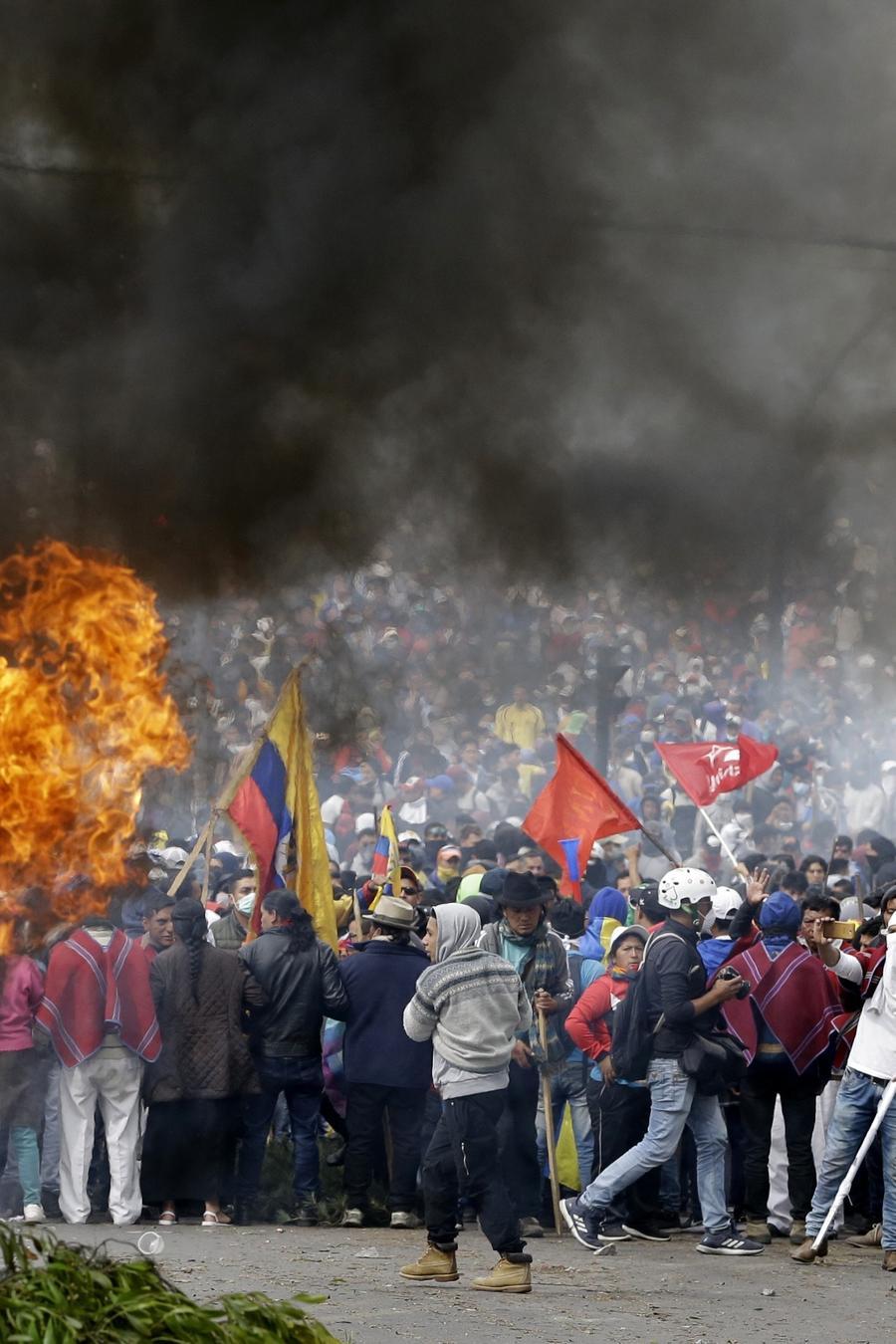 Miles de manifestantes se enfrentaron con las autoridades en un intento de tomar la Asamblea Nacional en Quito