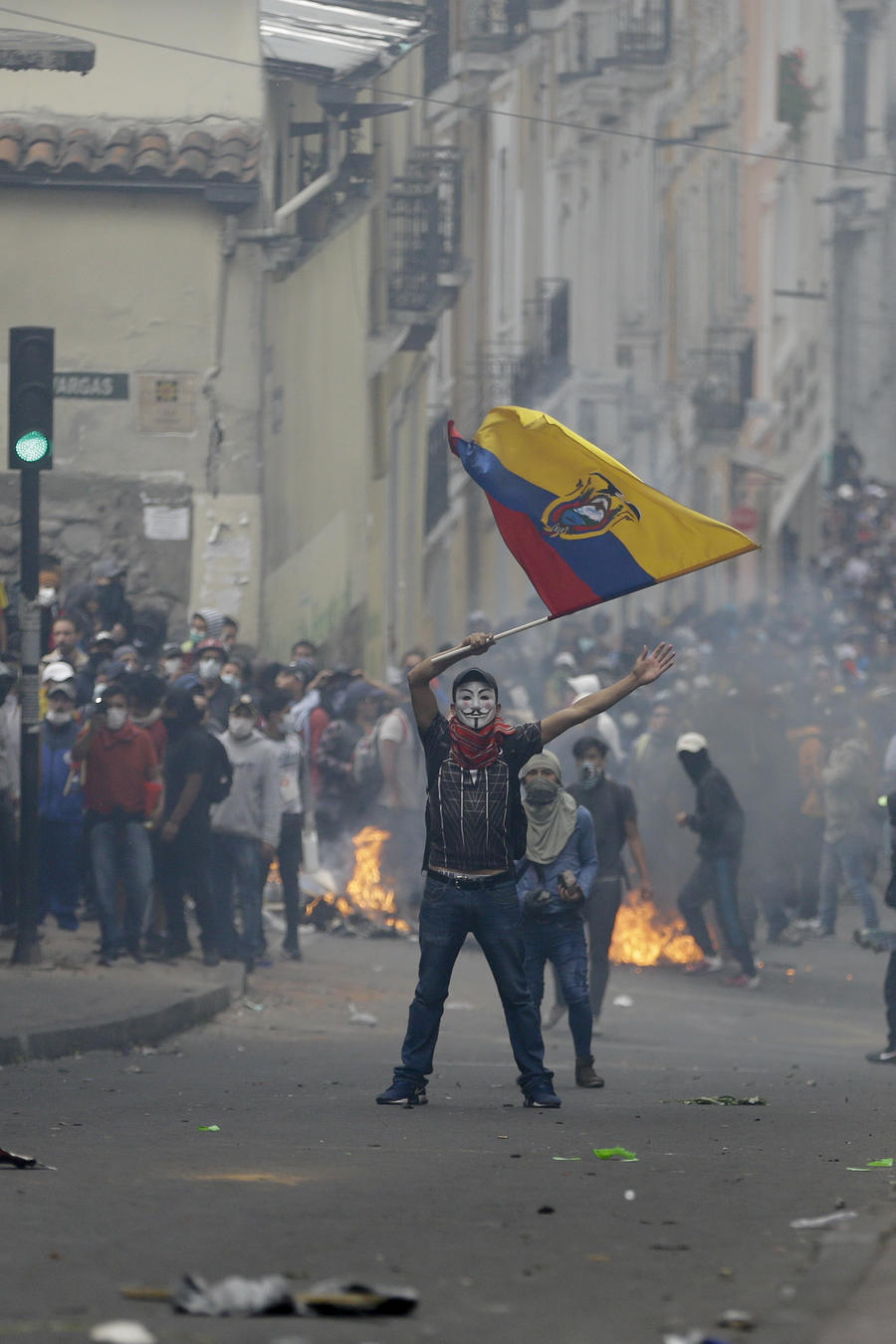 Manifestantes y policías vuelven a crear un campo de batalla durante un enfrentamiento en huelga general contra el presidente Lenín Moreno