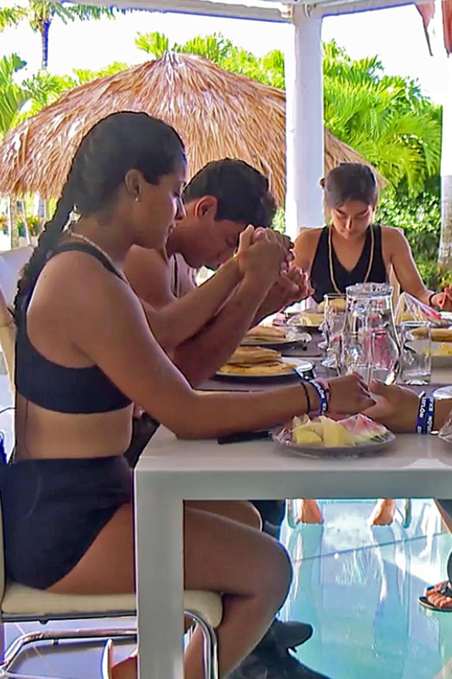 Contendientes oran antes de comer