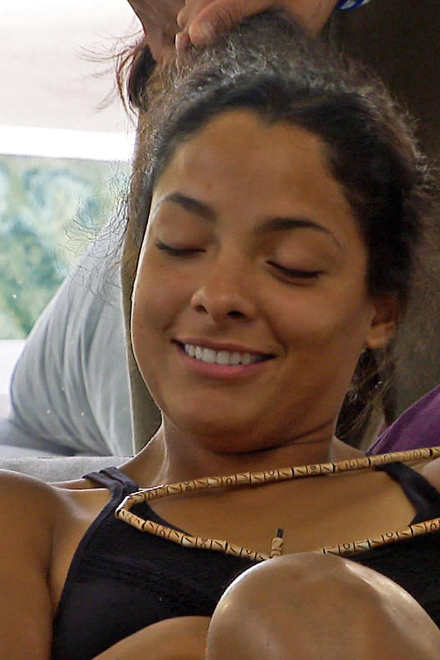 Jasmín sonríe mientras Kelvin la peina