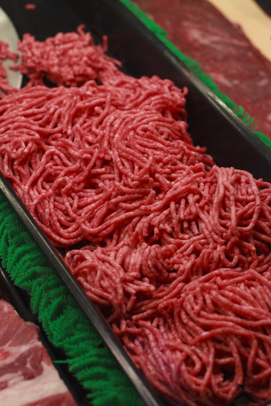 Retiran del mercado más de 64 libras de carne molida por una posible contaminación de bacteria