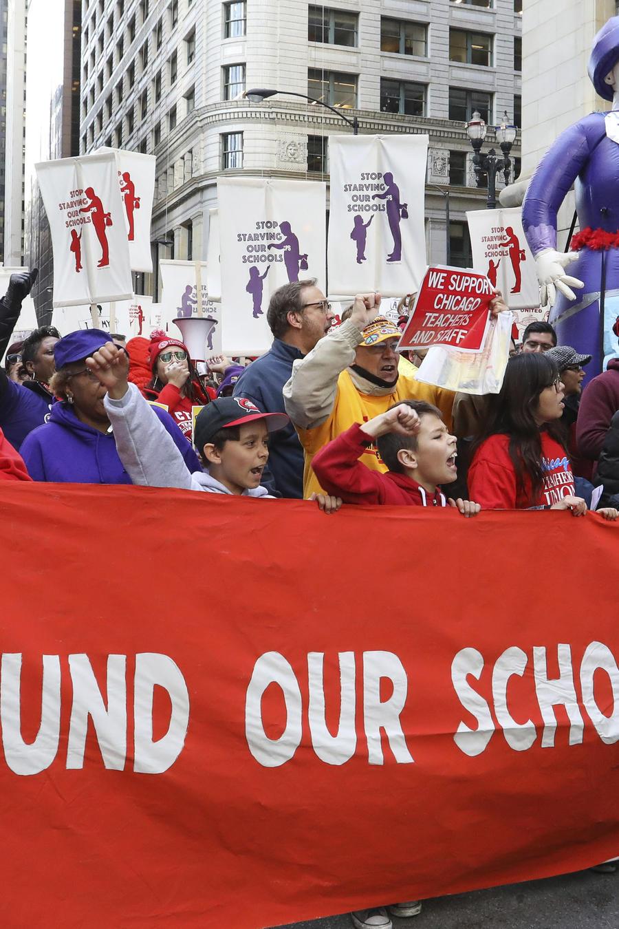 Más de 300,000 estudiantes continúan sin clases tras masivas huelgas de maestros en Chicago