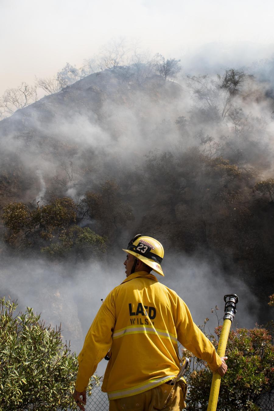 Bomberos intentan apagar las intensas llamas en el sur de California que amenazan con dejar cientos de casas completamente destruidas.