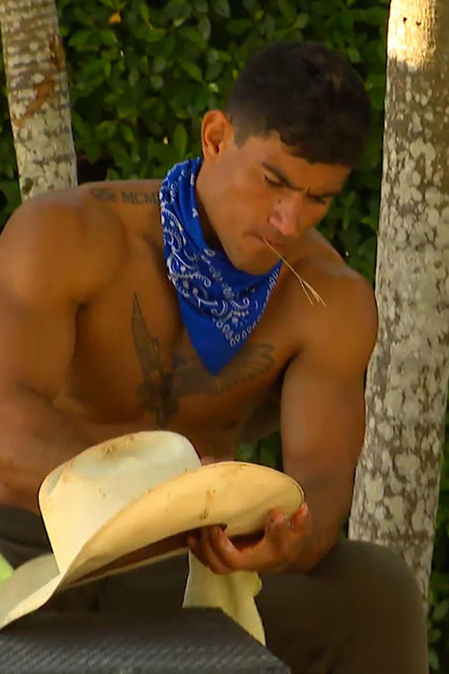 Kelvin limpia su sombrero