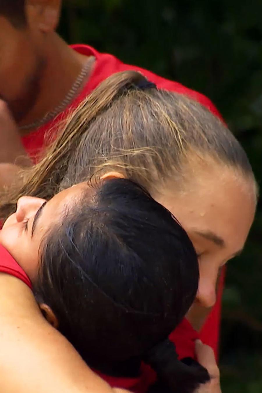 Shaila y Nicole abrazadas despidiéndose