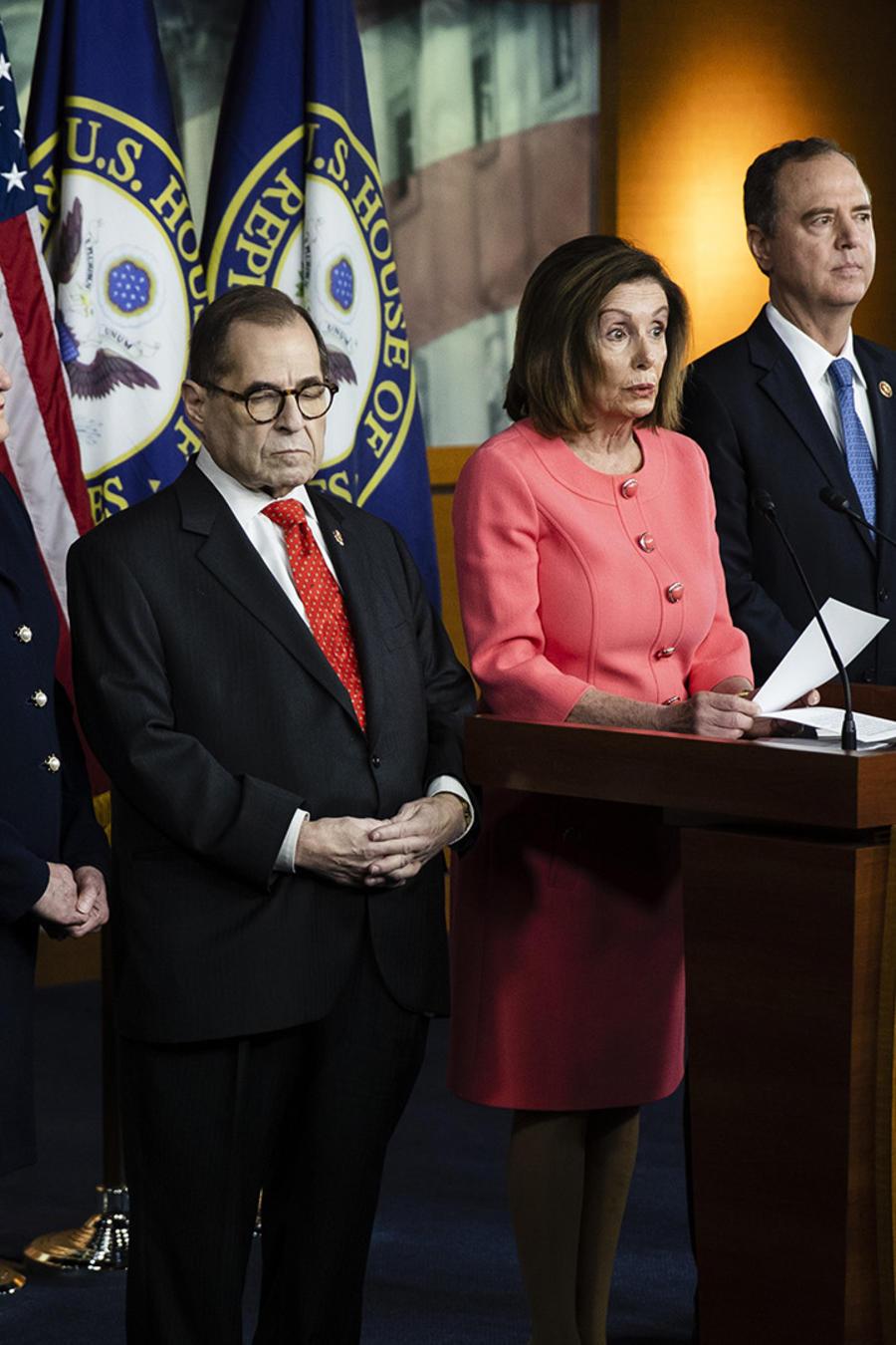 Nancy Pelosi presentando a los fiscales del juicio político a Donald Trump.