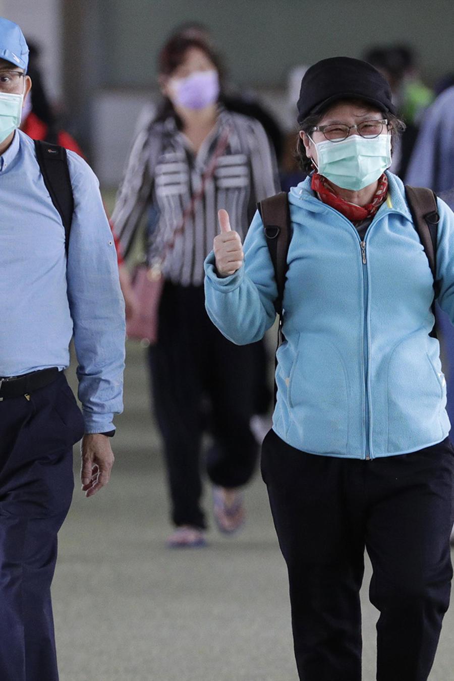 Pasajeros de China en su arribo al aeropuerto de Filipinas.