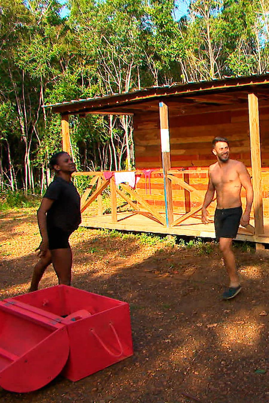 Yamilet, Tommy y Fernando contentos con el baúl