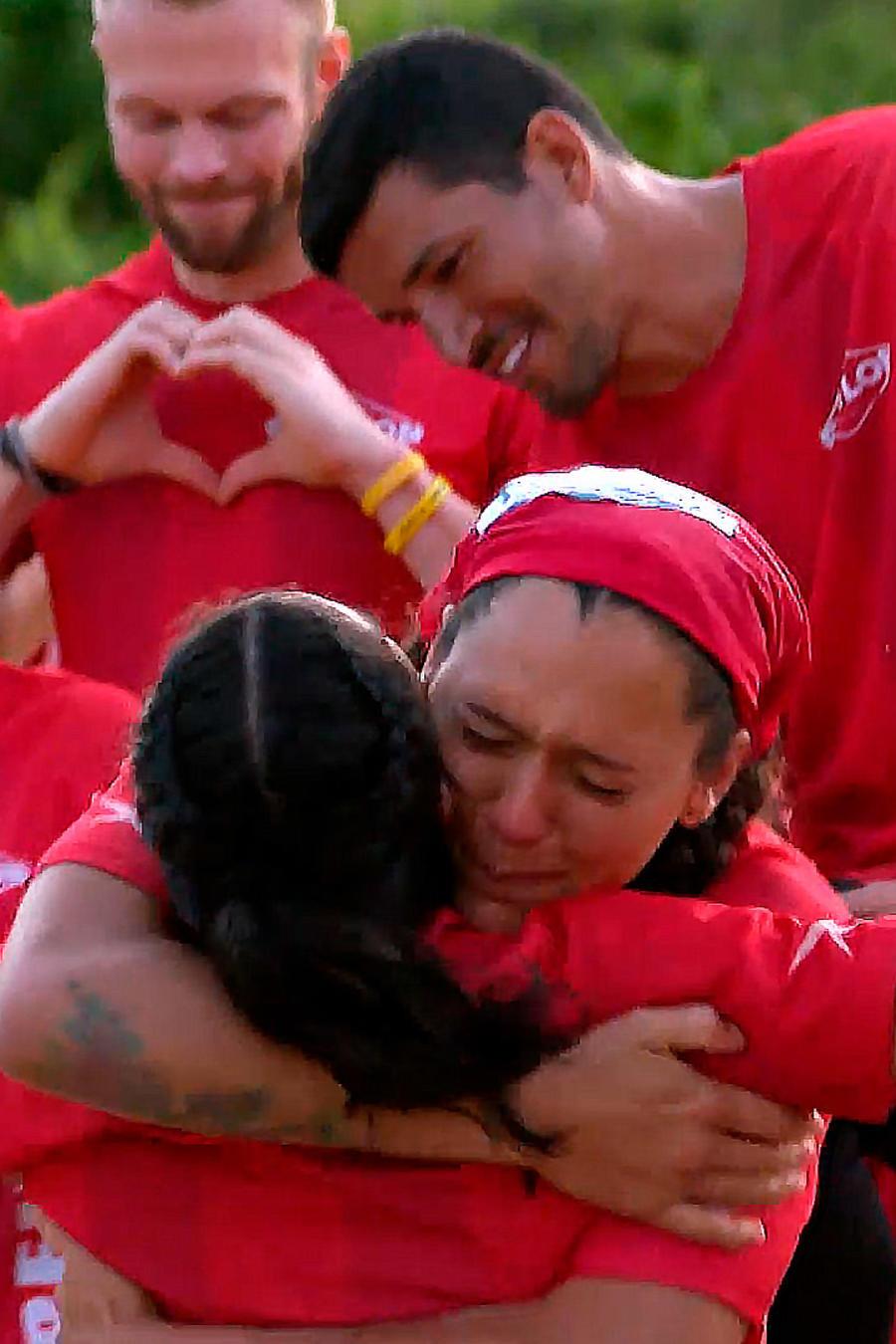 Azul Lara abraza a Mónica Márquez