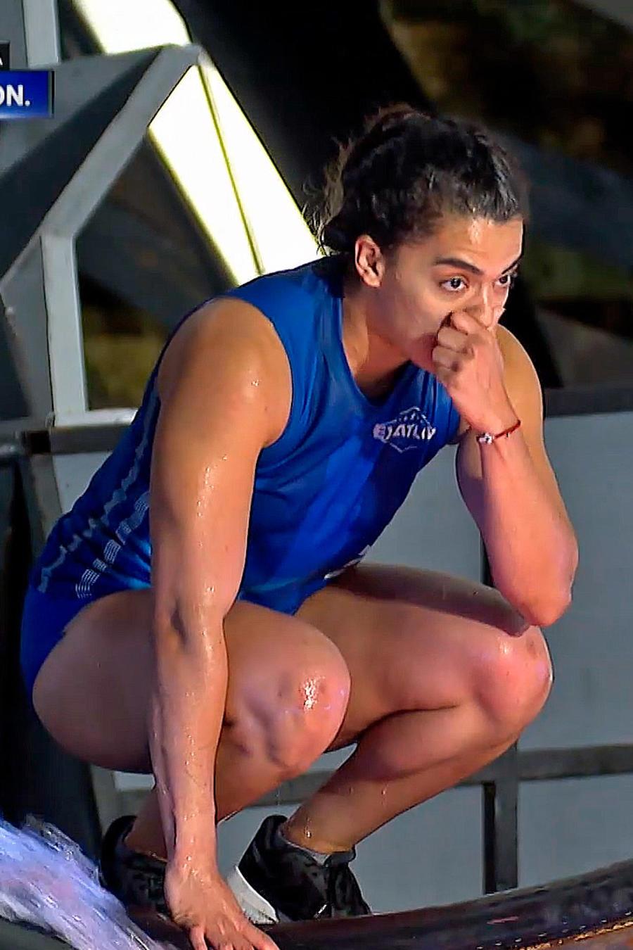 Melanie Sinquimani angustiada frente a la piscina