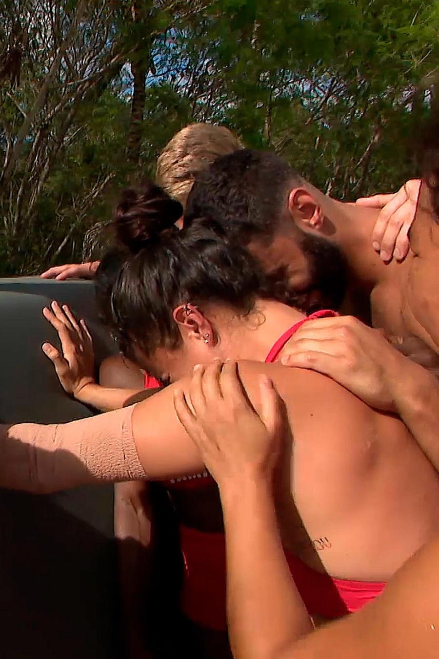 Nona llora y es consolada por su equipo