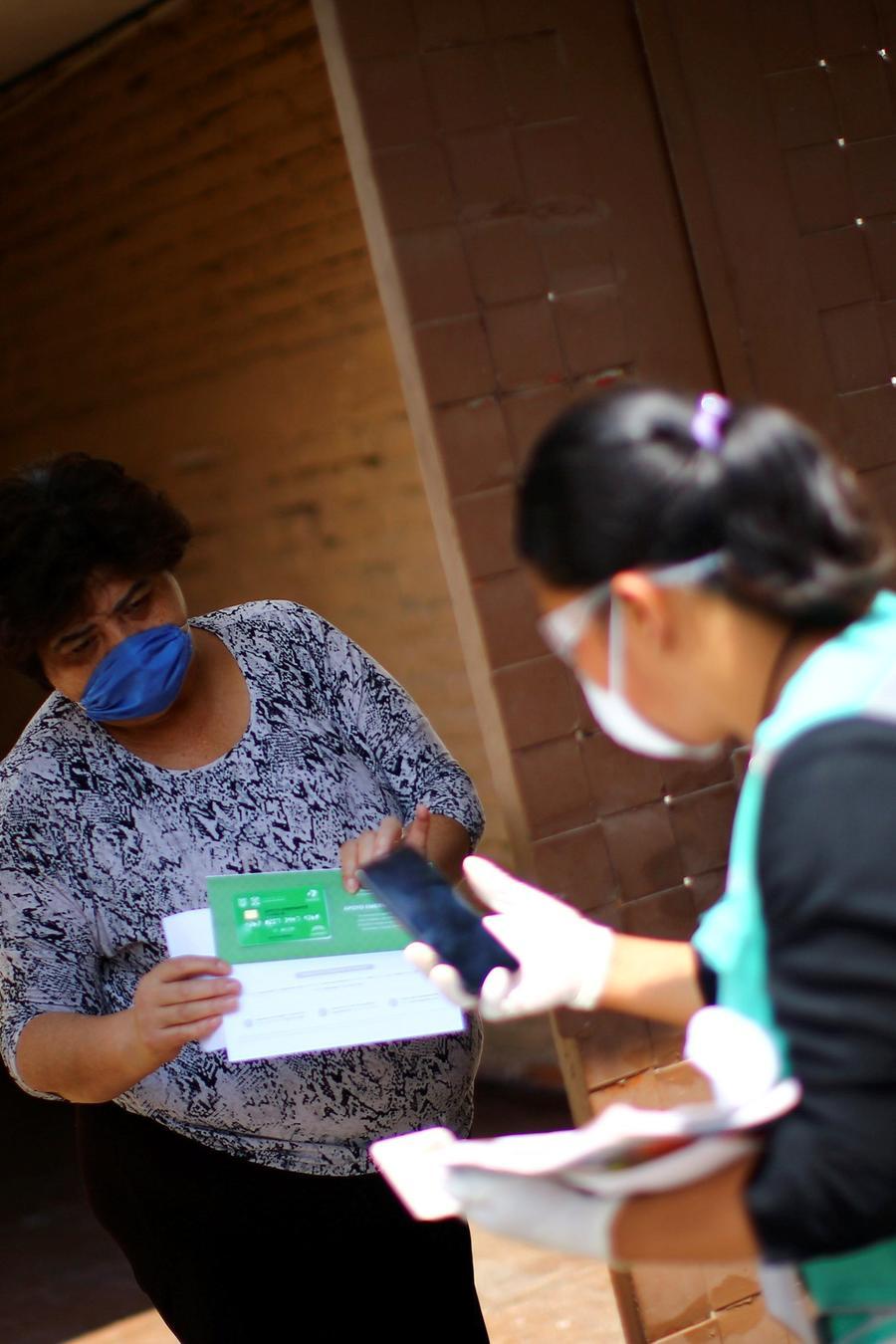Greta, una mujer cuyo familiar fue diagnosticado con la enfermedad del coronavirus (COVID-19), recibe un kit de suministros médicos y otro con alimentos, durante el brote de COVID-19, en la Ciudad de México, México, 7 de abril de 2020.