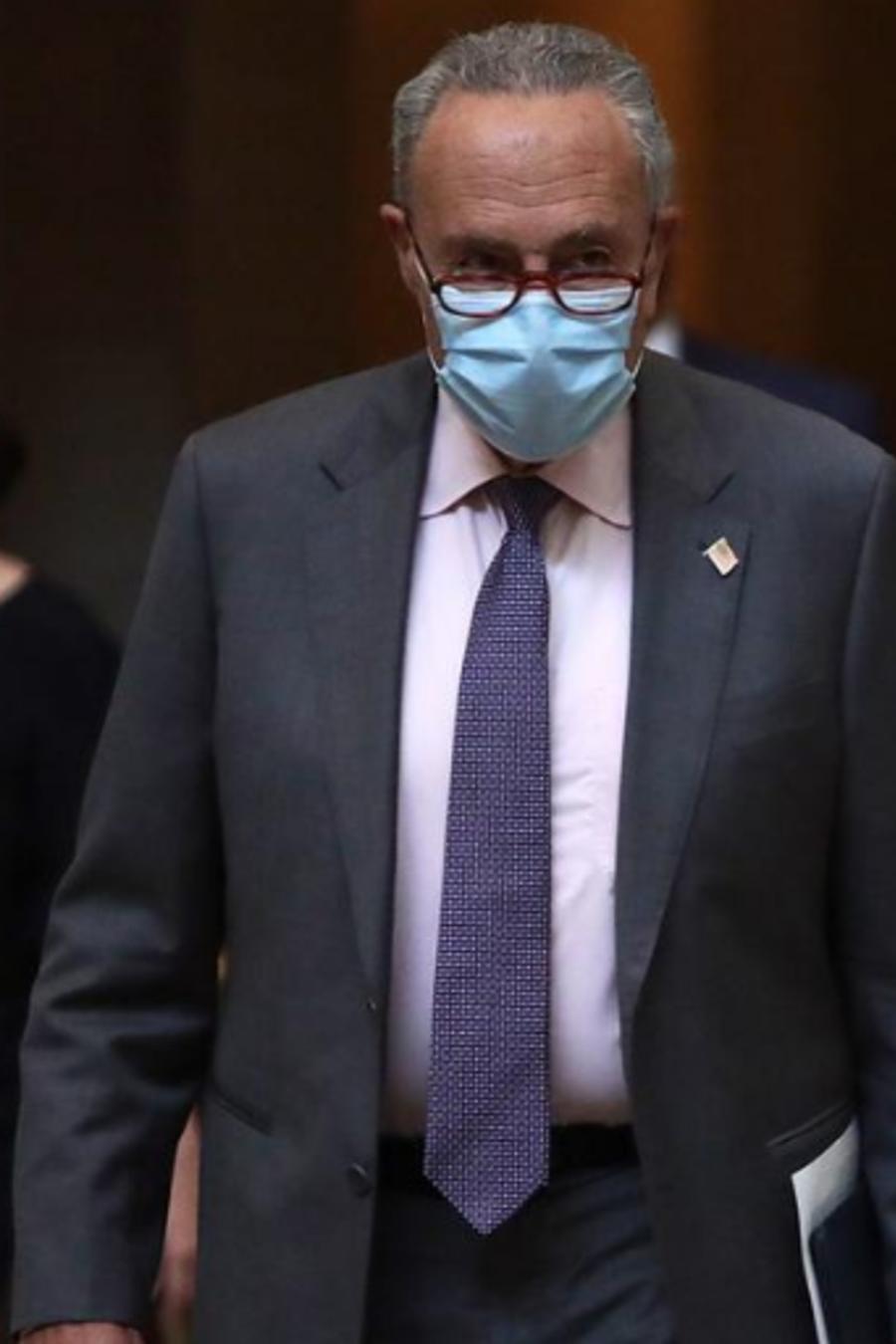 El líder de la minoría del Senado de EE.UU., Chuck Schumer llega a una reunión en la oficina de la presidenta de la Cámara de Representantes Nancy Pelosi en el Capitolio. El 5 de agosto de 2020 en Washington, D.C.