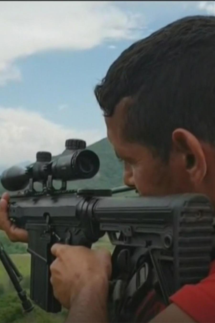 Un civil armado se prepara para defenderse de los narcotraficantes.
