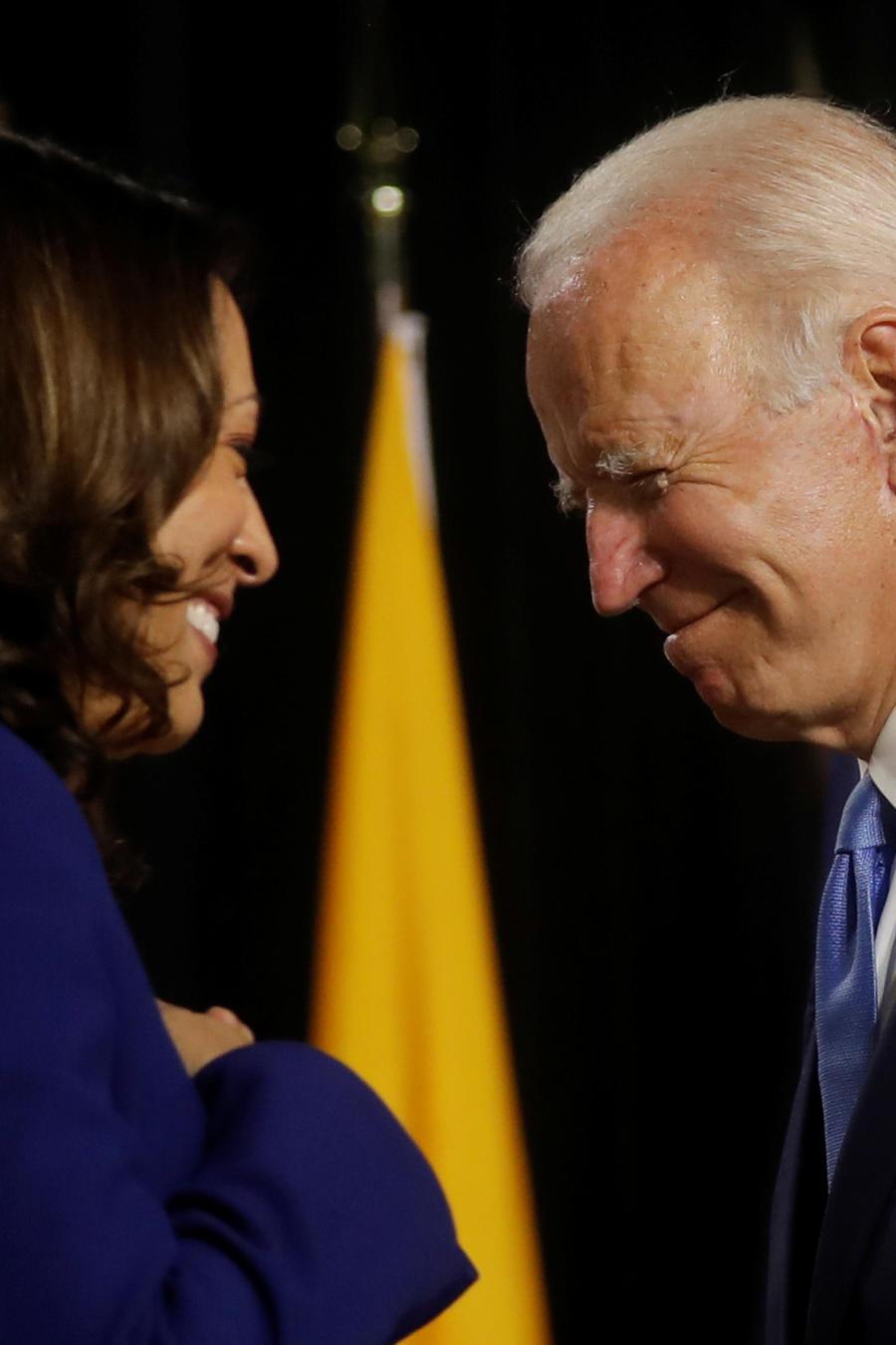 El precandidato presidencial demócrata Joe Biden y la candidata a vicepresidenta Kamala Harris son vistos en el escenario durante un evento de campaña, en Wilmington, Delaware.