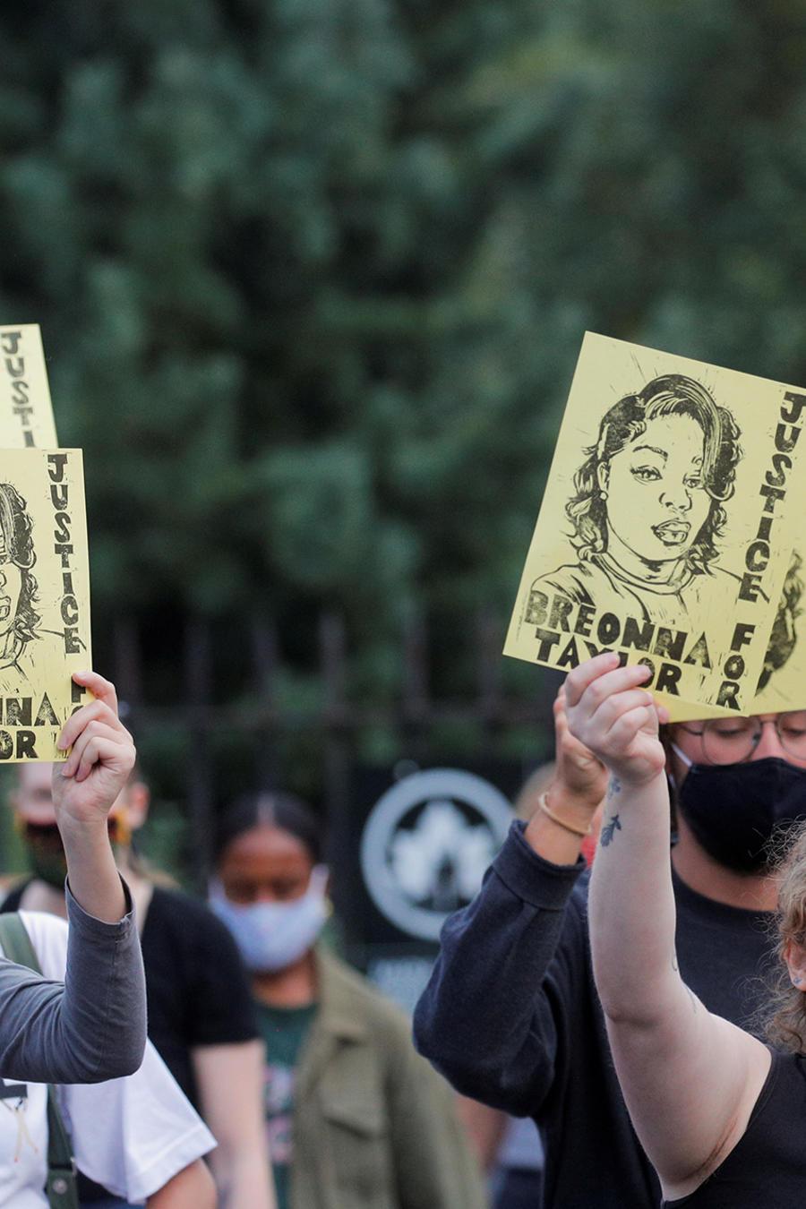 Los manifestantes participan en una protesta tras el anuncio de una sola acusación en el caso Breonna Taylor, en el barrio de Brooklyn de la ciudad de Nueva York, Nueva York, EE.UU.
