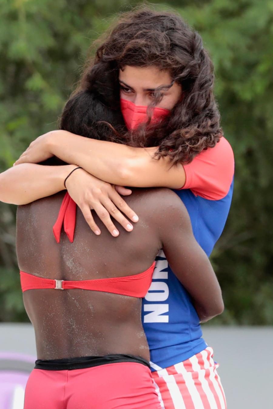 Nona abraza a Yamilet