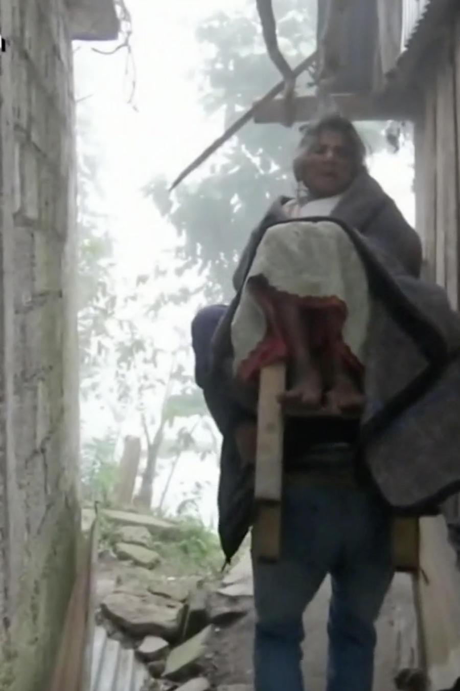 Taxista carga enfermos a sus espaldas