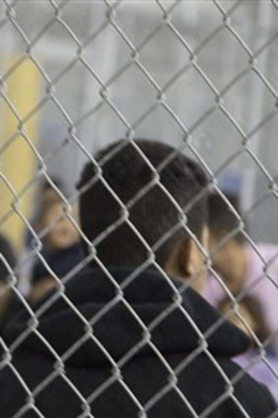 Inmigrantes detenidos en las instalaciones de 'Usrula', el centro de procesamiento de indocumentados más grande de EEUU localizado en McAllen, Texas.
