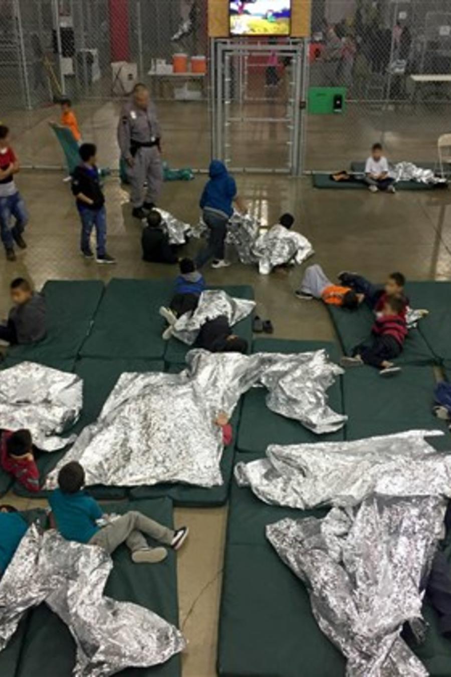 En esta foto del domingo 17 de junio de 2018 se observan inmigrantes detenidos en las instalaciones de 'Ursula', el centro de procesamiento de indocumentados más grande de EEUU localizado en McAllen, Texas.