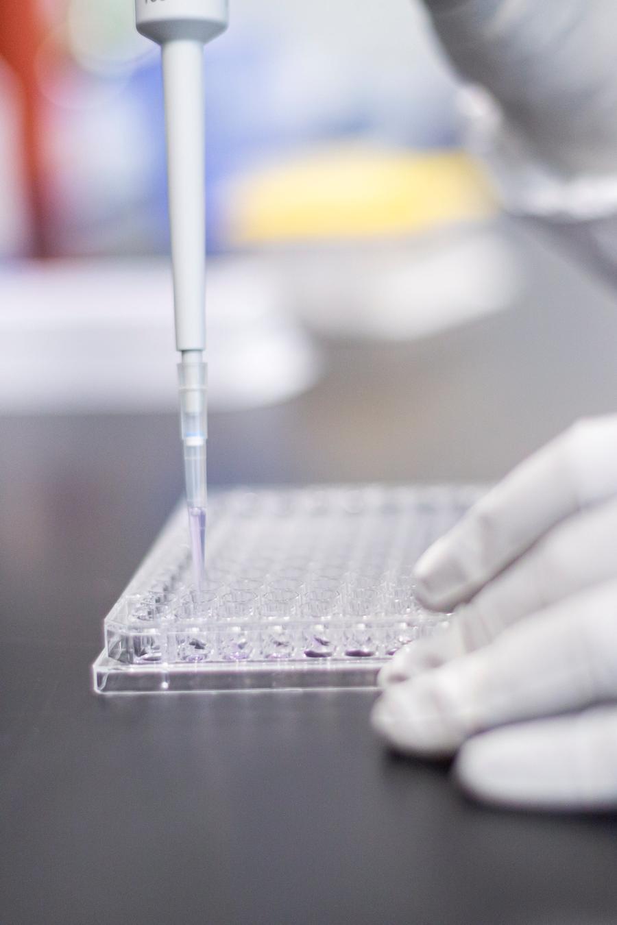Un investigador trabaja en un laboratorio de Moderna (imagen de archivo).