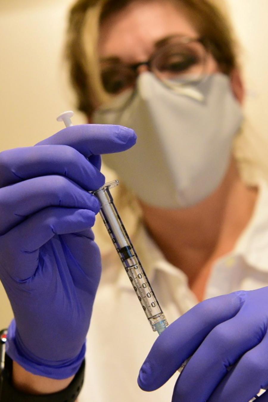 Una trabajadora de Johnson & Johnson con la vacuna contra el COVID-19.