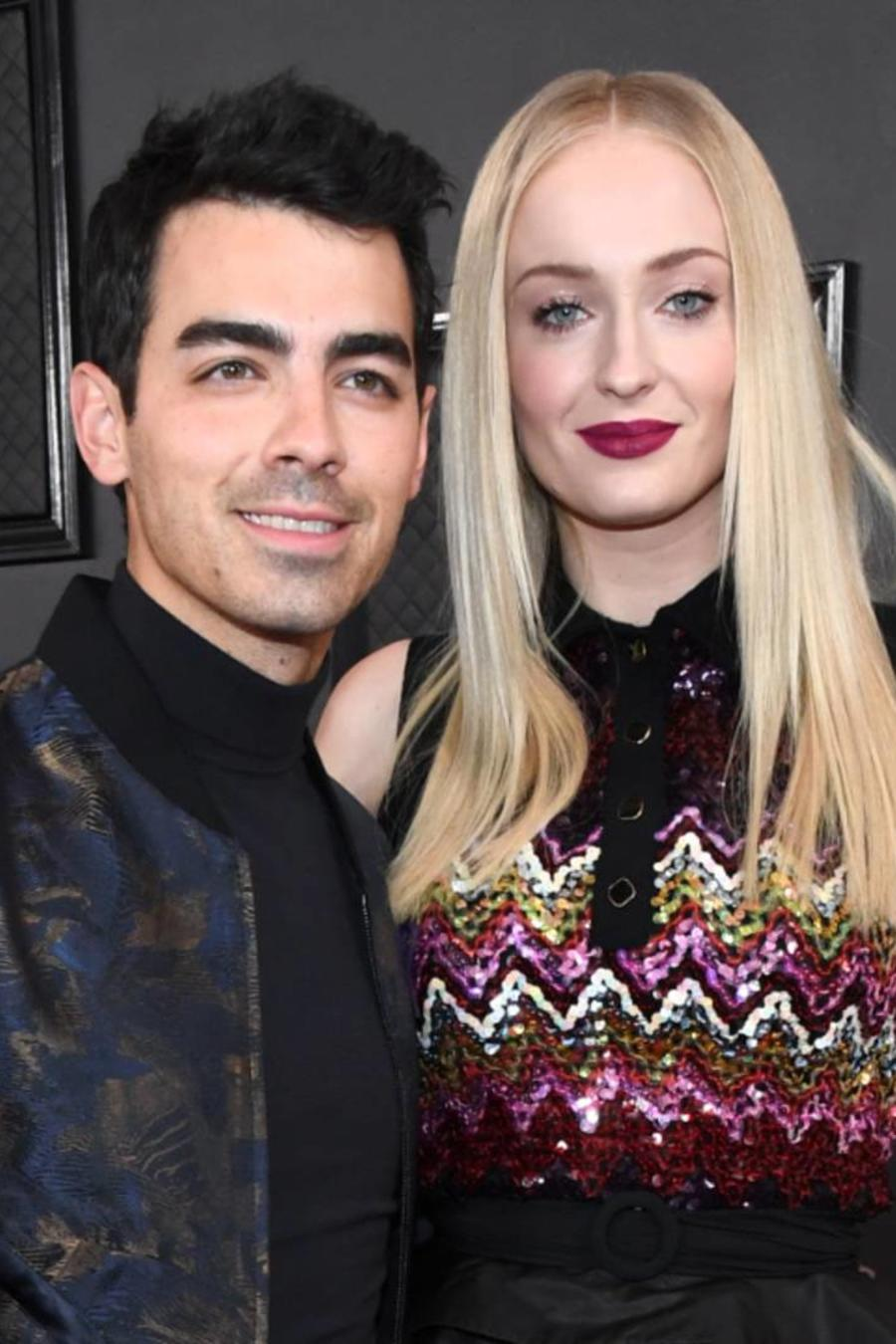 Joe Jonas y Sophie Turner en la alfombra roja de los Grammys 2020