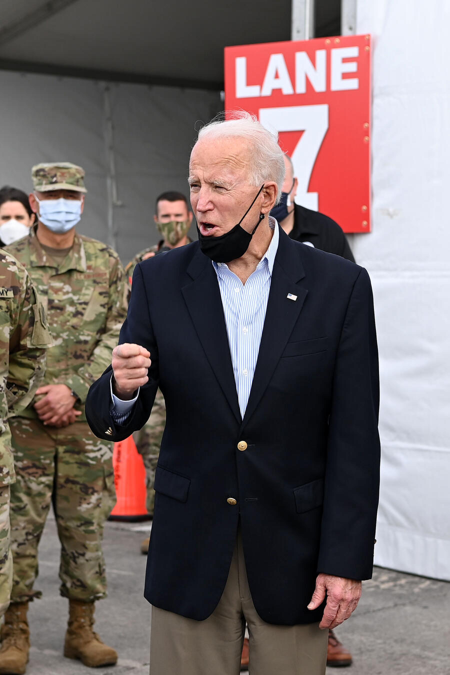 El presidente y la primera dama, Joe y Jill Biden, visitan un centro de vacunación en Houston, Texas, el 26 de febrero de 2021.